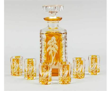 Karaffe mit sechs Schnapsgläsern, 20. Jh., kantige Form, klares Glas, tlw. bernsteinfarben überfangen, mit Schliffdekor, flor