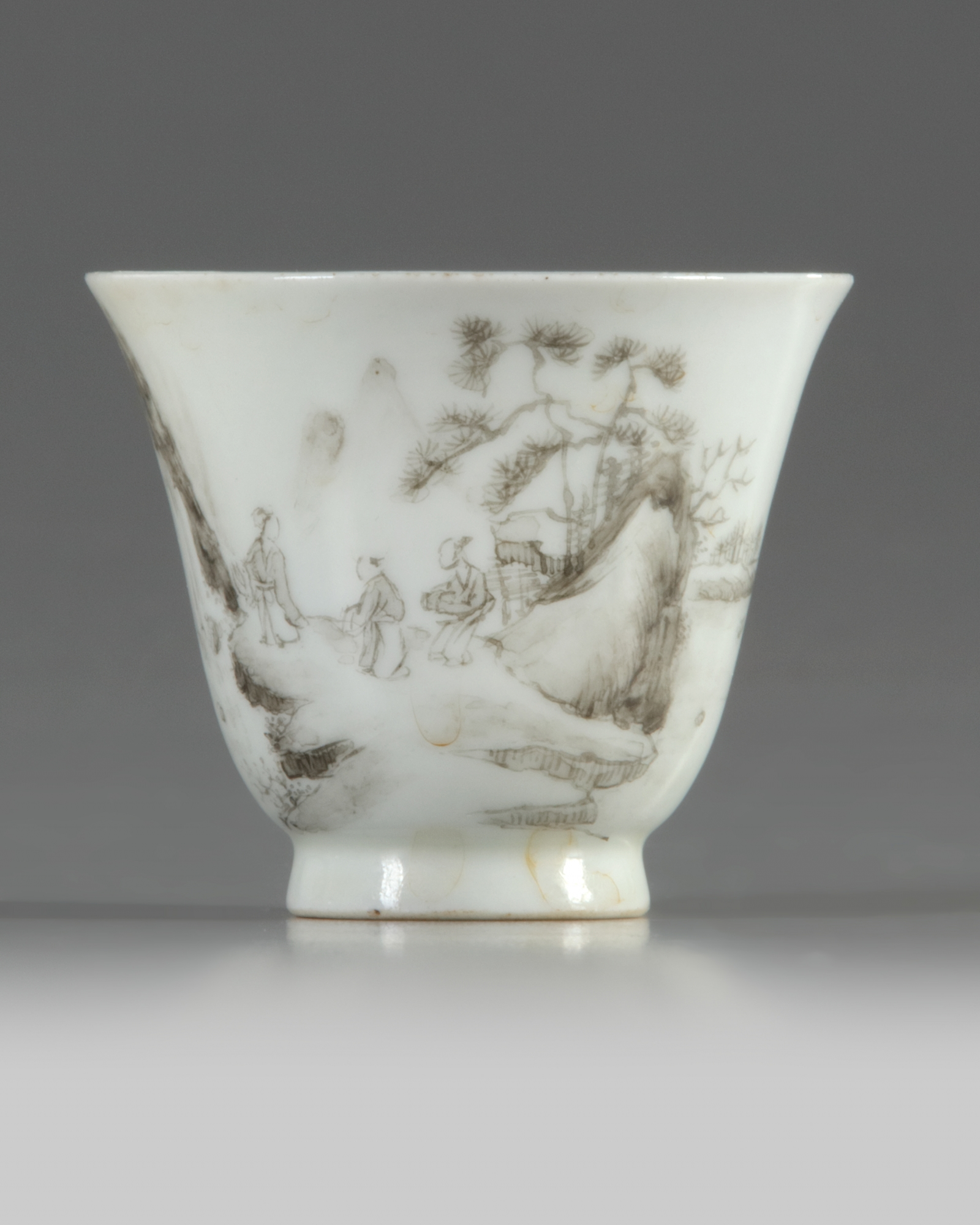 Lot 38 - A Chinese en grisaille-decorated cup