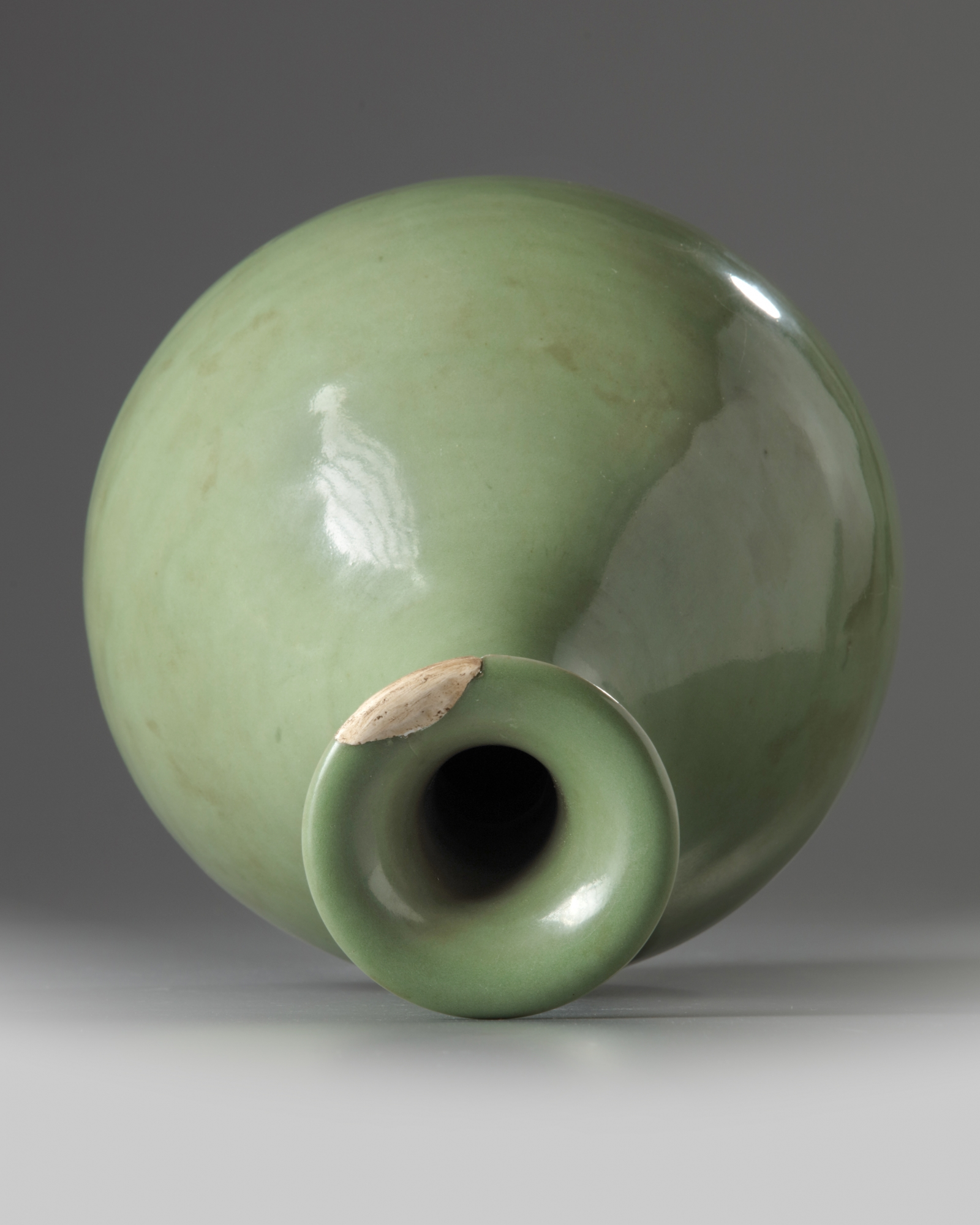 Los 2 - A Chinese celadon glazed pear-shaped vase, yuhuchunping