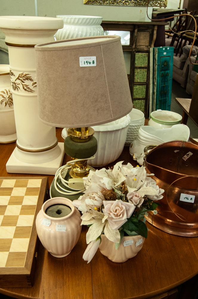 Lot 194B - TABLE LAMP AND SHADE AND TWO VASES OF WHITE SILK ROSES