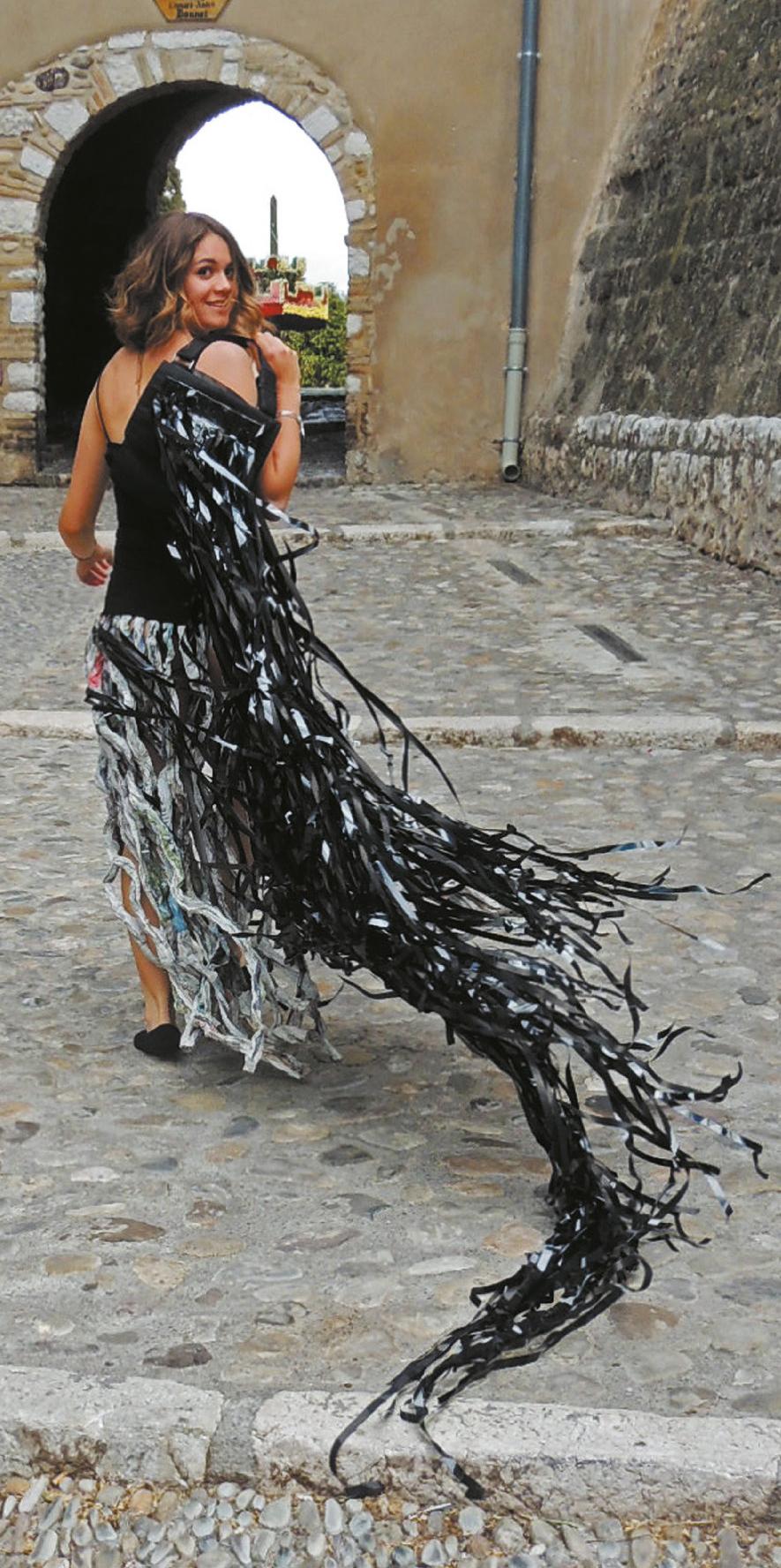 Matteoda Jacqueline (1943) Robe noire - Paper sculpture -
