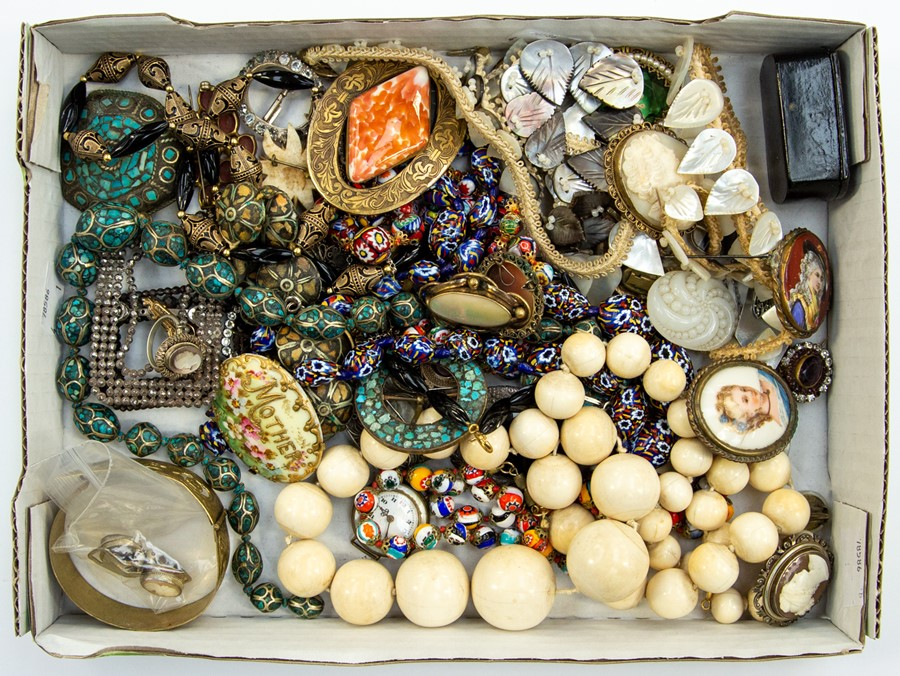 Lot 391 - A collection of vintage costume jewellery to include a vintage Berlin steel buckles, Millefiori bead
