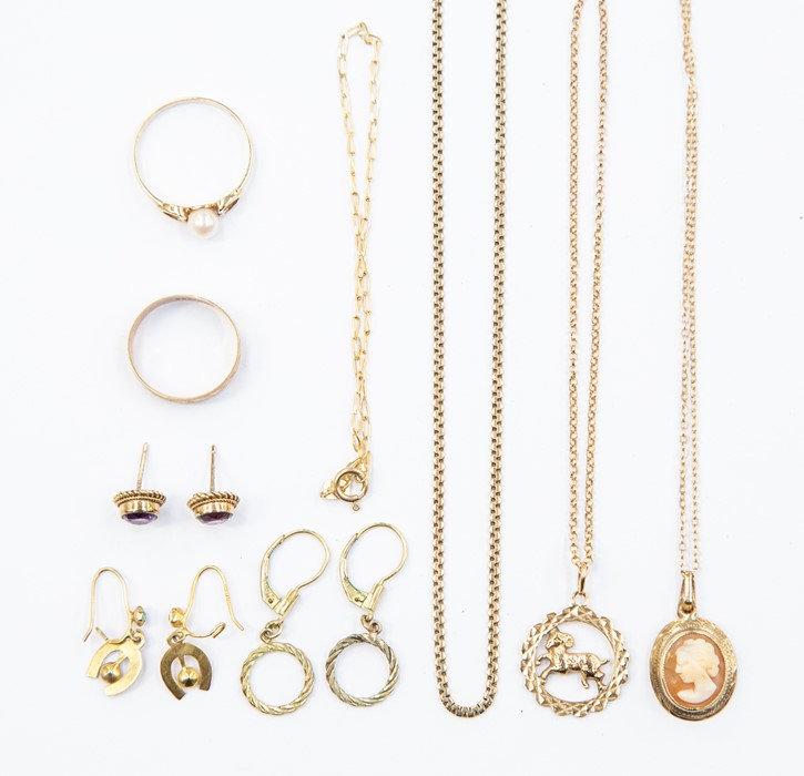 Lot 319 - A collection of 9ct gold and unmarked yellow metal jewellery to include rings, earrings, chains
