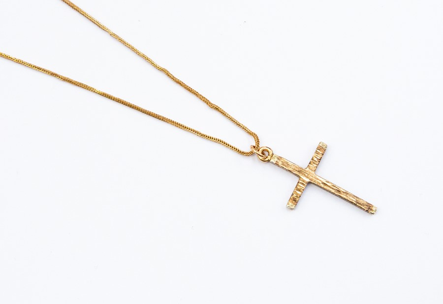"""Lot 266 - A 9ct gold cross and chain, chain length approx. 19"""", weight approx 3.4 grams"""