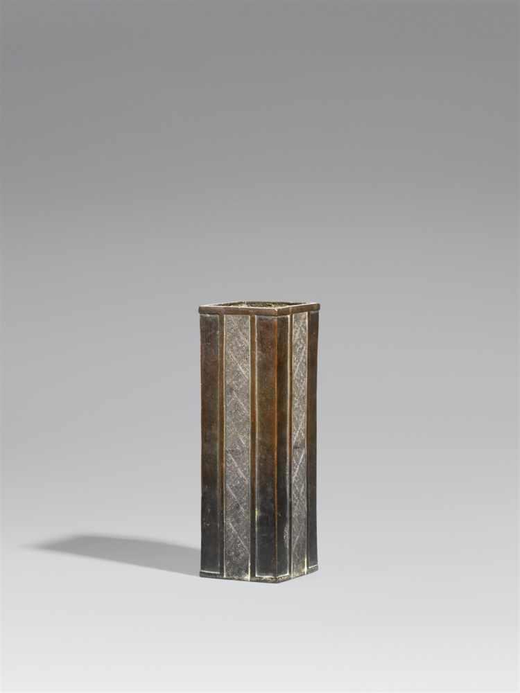 Lot 24 - Vase. Bronze. Edo-ZeitAuf rautenförmigem Grundriss, an den Seiten jeweils vertikale Bänder mit