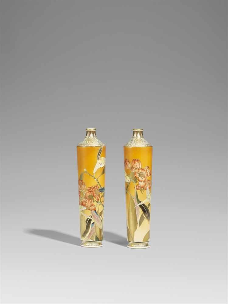 Lot 19 - Paar Vasen. Steinzeug. Kyoto. Spätes 19. Jh.Bodenmarke in Eisenschwarz: Dai Nihon Taizan seiHohe,