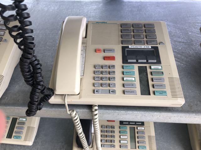 Lot 10 - (8) Téléphones MERIDIEN, beiges +