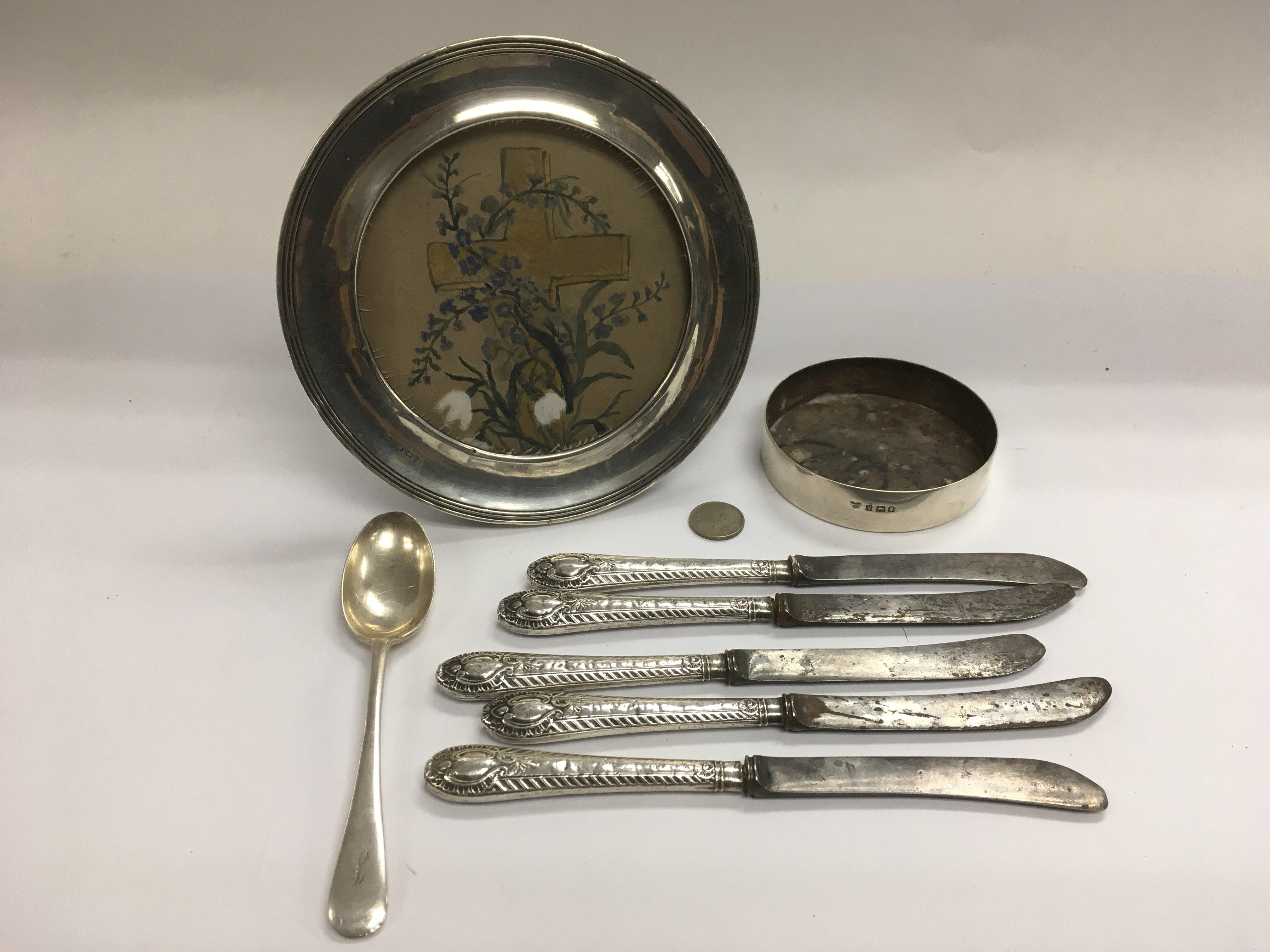 Lot 534 - A silver circular photo frame, a silver oddment po