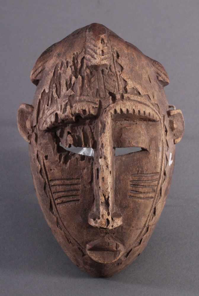Antike Maske, Senufo, Elfenbeinküste 1. Hälfte 20. Jh.Aus hellem Holz geschnitzt, Narbentatauierung,