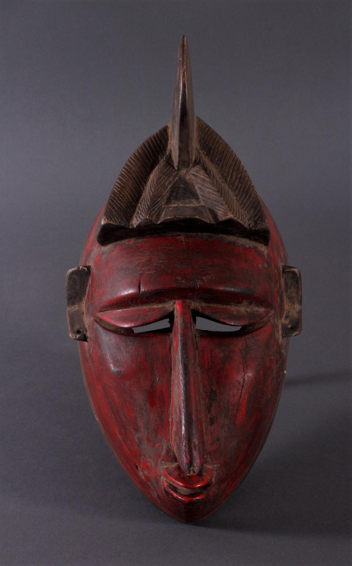 Antike Maske der Baule, Elfenbeinküste 1. Hälfte 20. Jh.Holz geschnitzt, dunkle Patina, partiell rot