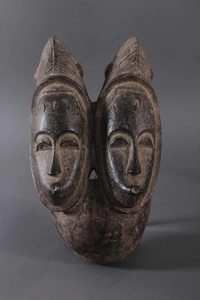 Antike Zwillingsmaske der Baule, Elfenbeinküste, 1. Hälfte 20. Jh.Holz geschnitzt, dunkle Patina.