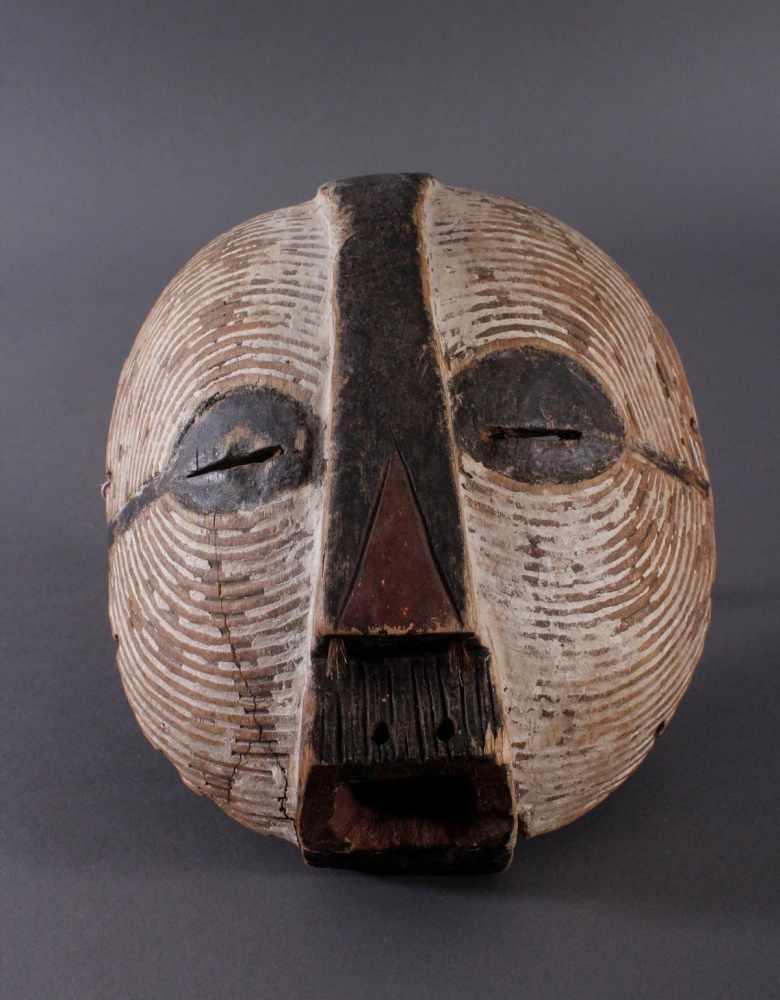 """Antike Maske, Luba, KongoHolz geschnitzt, runde """"Kifwebe-Maske"""" der Luba. polychrom gefärbt, mit"""