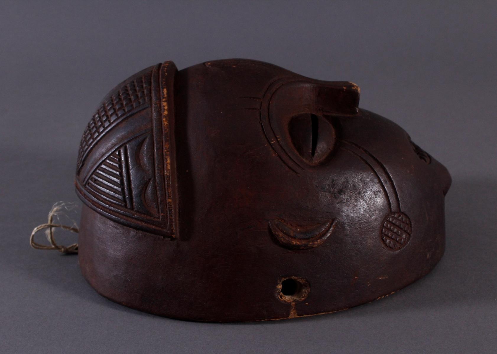 Antike Maske, Mbunda, Sambia 1. Hälfte 20. Jh.Holz geschnitzt, braune Patina, ovale Form, - Bild 2 aus 6