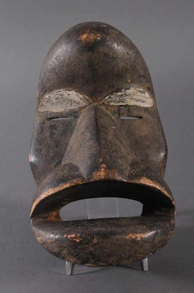 Antike Maske der Dan, Kran, Elfenbeinküste 1. Hälfte 20. Jh.Holz geschnitzt, dunkle Patina, weiße