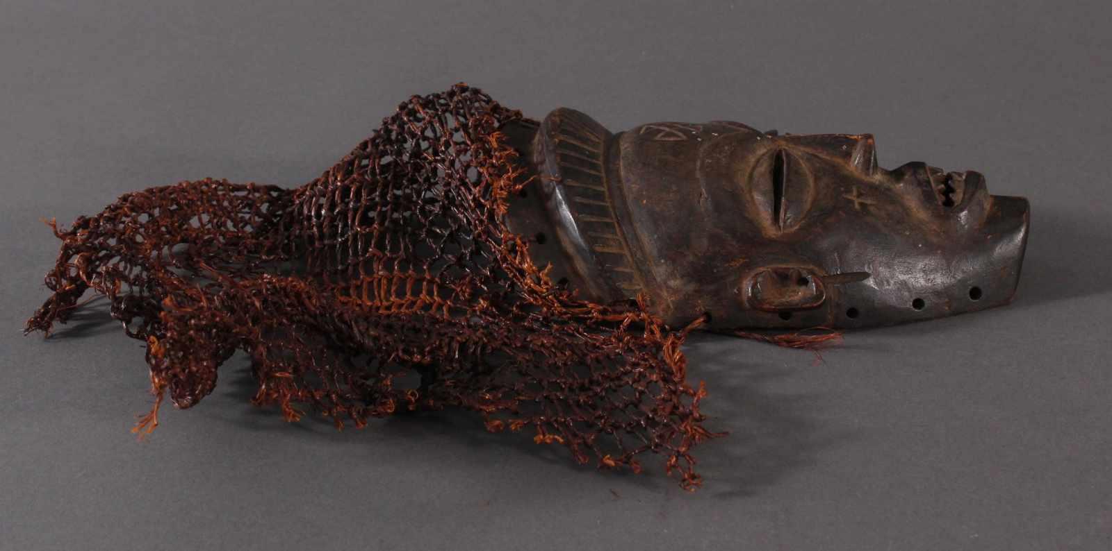 Antike Maske, Chokwe, Kongo 1.Hälfte 20. Jh.Holz geschnitzt, dunkle Patina, Narbenschmuck, - Bild 2 aus 4