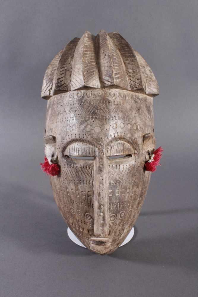 Antike Maske, Bambara, Mali 1. Hälfte 20. Jh.Holz geschnitzt, Musterritzungen, kleine Quasten als