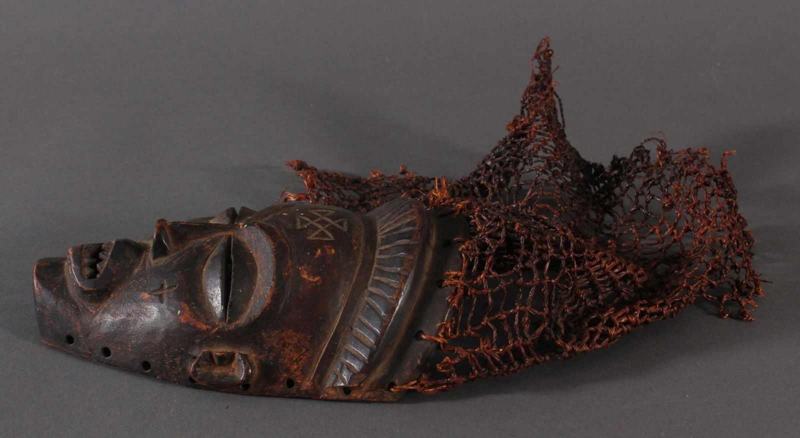 Antike Maske, Chokwe, Kongo 1.Hälfte 20. Jh.Holz geschnitzt, dunkle Patina, Narbenschmuck, - Bild 3 aus 4