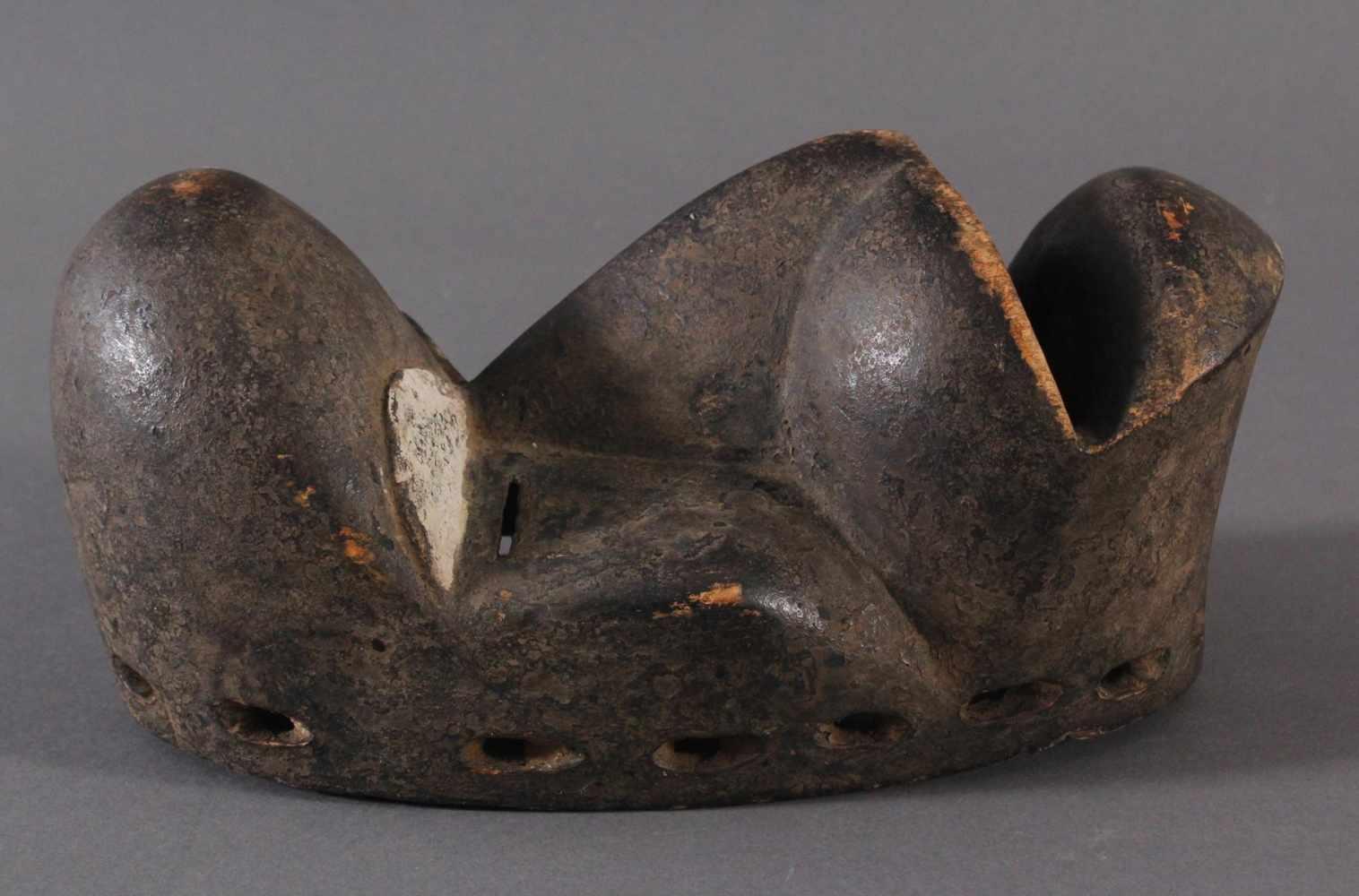 Antike Maske der Dan, Kran, Elfenbeinküste 1. Hälfte 20. Jh.Holz geschnitzt, dunkle Patina, weiße - Bild 2 aus 4