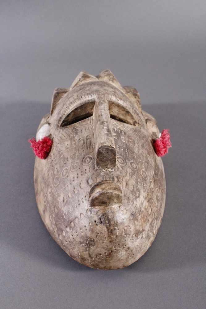 Antike Maske, Bambara, Mali 1. Hälfte 20. Jh.Holz geschnitzt, Musterritzungen, kleine Quasten als - Bild 5 aus 5