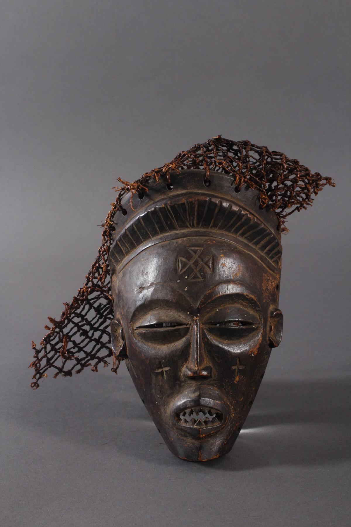 Antike Maske, Chokwe, Kongo 1.Hälfte 20. Jh.Holz geschnitzt, dunkle Patina, Narbenschmuck,