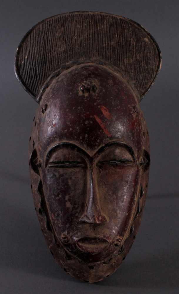 Antike Kpan-Maske, Baule, Elfenbeinküste 1. Hälfte 20. Jh.Holz geschnitzt, dunkle Patina, rot