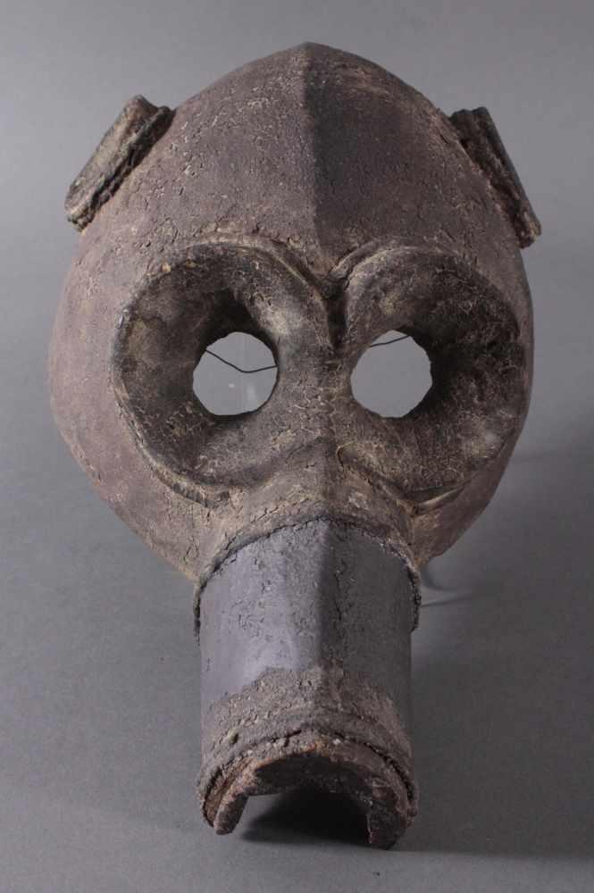 Antike Große Zoomorphe Maske. SeltenAus dem Vollholz geschnitzt, dunkle Patina darüber schwarze