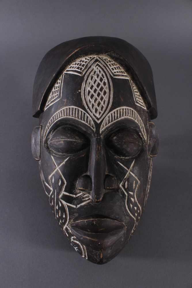 Antike Maske, Chokwe, Angola 1. Hälfte 20. Jh.Holz geschnitzt, dunkle Patina, Narbentatauierung, ca.