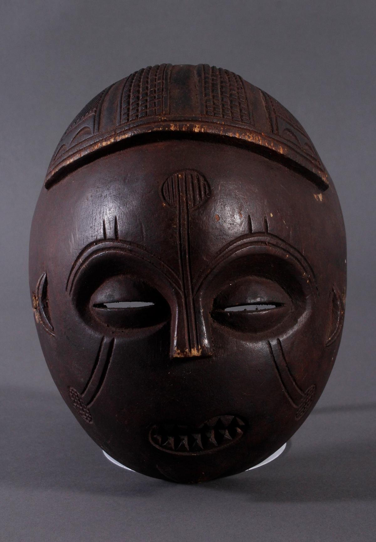 Antike Maske, Mbunda, Sambia 1. Hälfte 20. Jh.Holz geschnitzt, braune Patina, ovale Form,