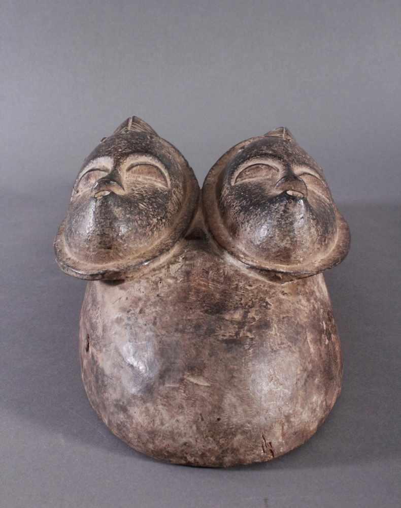 Antike Zwillingsmaske der Baule, Elfenbeinküste, 1. Hälfte 20. Jh.Holz geschnitzt, dunkle Patina. - Bild 4 aus 6