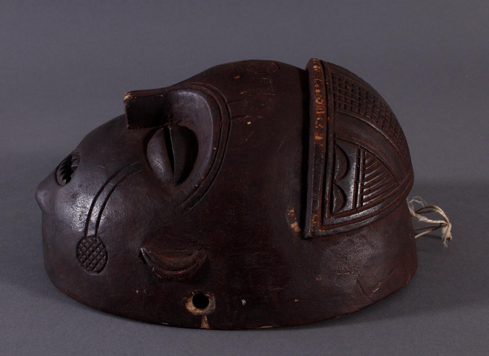 Antike Maske, Mbunda, Sambia 1. Hälfte 20. Jh.Holz geschnitzt, braune Patina, ovale Form, - Bild 3 aus 6