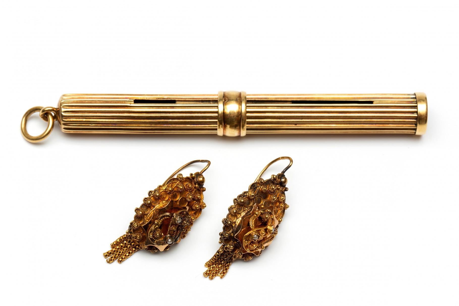 Paar 14krt. gouden oorhangers en een potloodhouder, begin 20e eeuw.