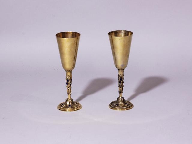Lot 42 - Paire de coupes à boire, les pieds ronds en bronze doré à rang de perles, les [...]