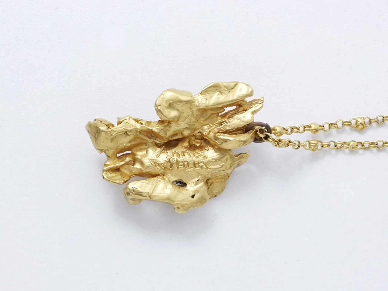 Lot 43 - ANNA STEIN Pendentif en métal doré amati, représentant un motif brut de [...]