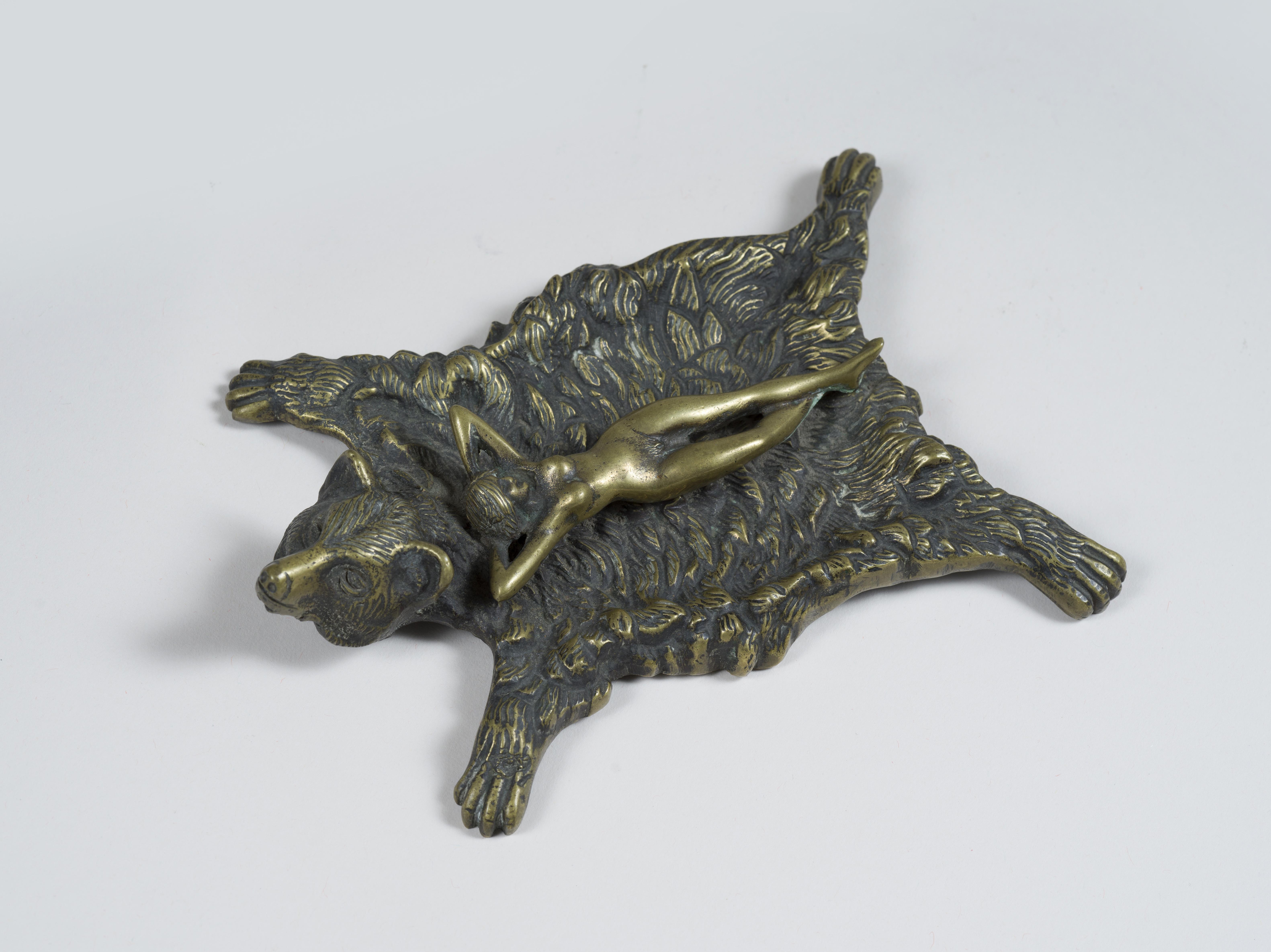 Lot 40 - Erotica - Cendrier en bronze figurant une jeune femme nu étendue sur une peau d'ours [...]