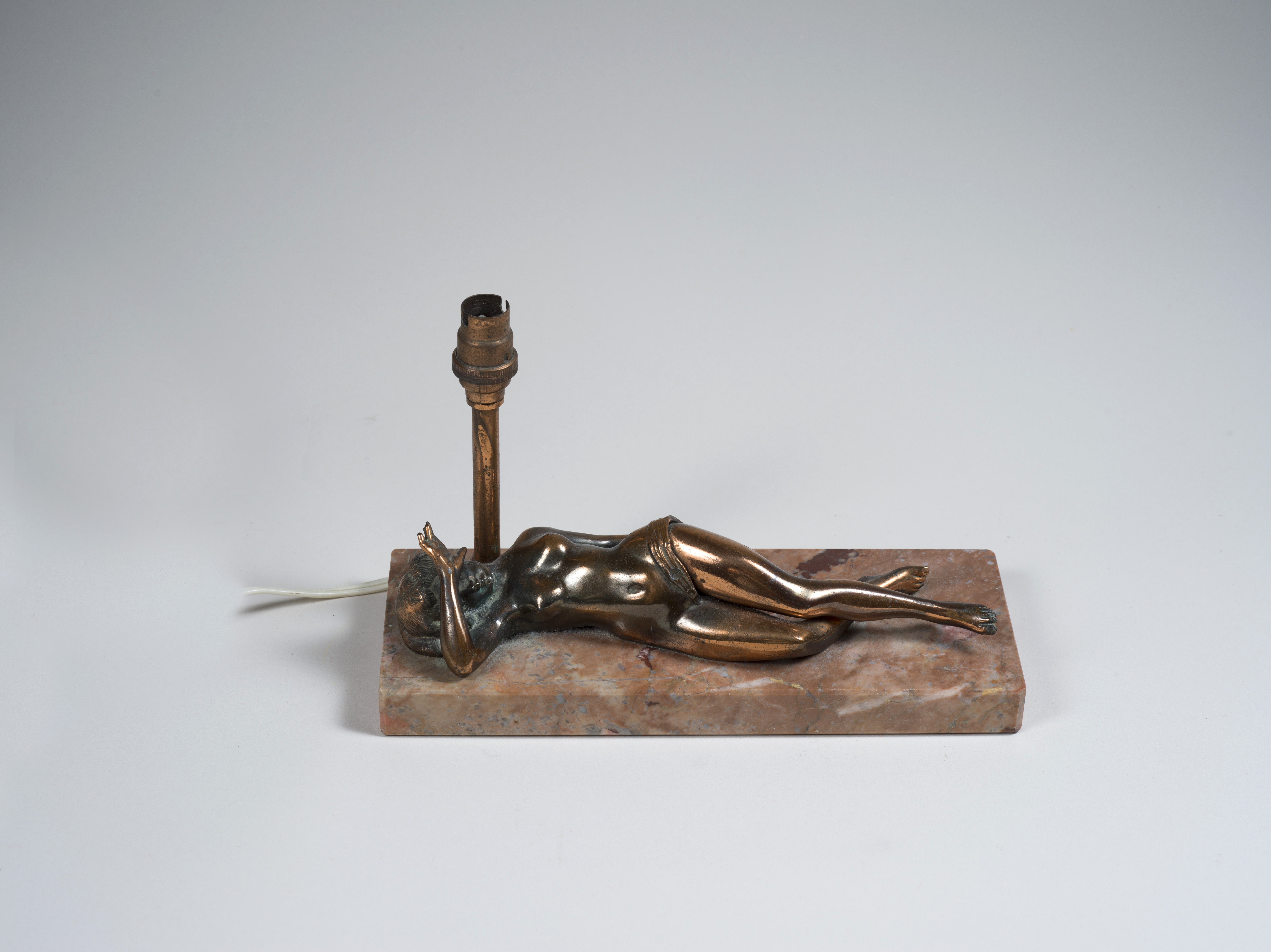 Lot 41 - Erotica - Lampe figurant une jeune femme nue allongée dissimulant son visage [...]