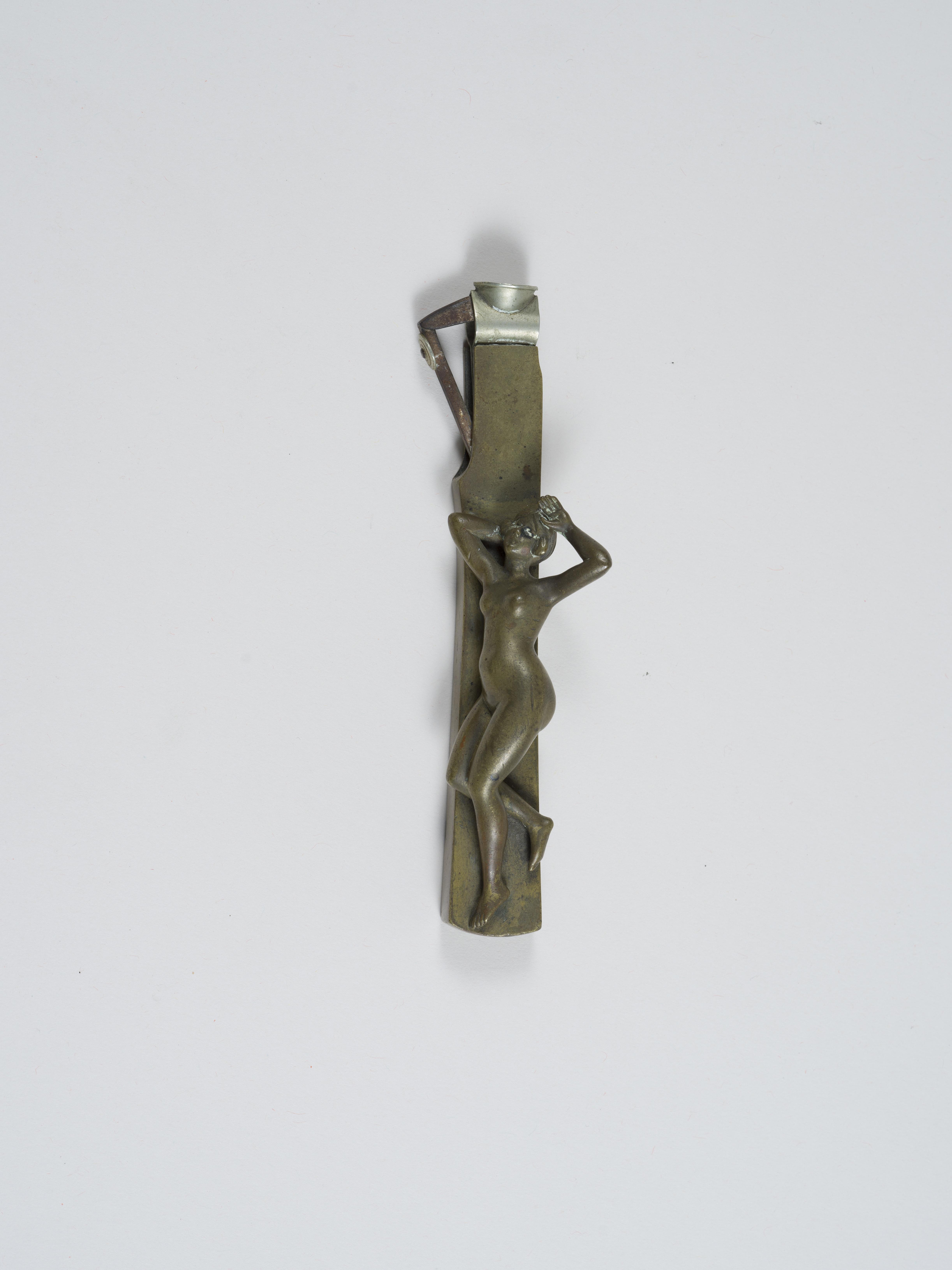 Lot 38 - Erotica - Coupe cigare en bronze figurant une jeune femme nue allongée les bras [...]