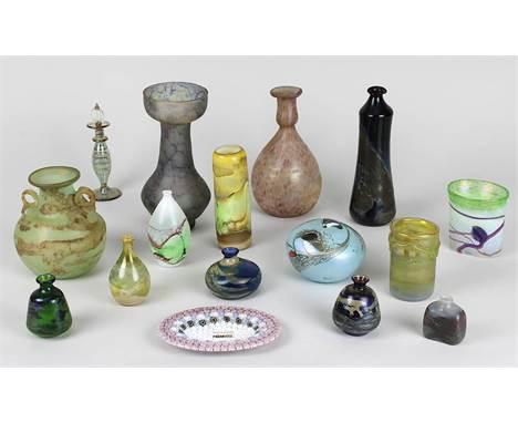 16 Glasobjekte verschiedener Hütten, bestehend aus: 1 Glasvase mit Originalaufkleber Kosta Boda und signiert B. Valien,
