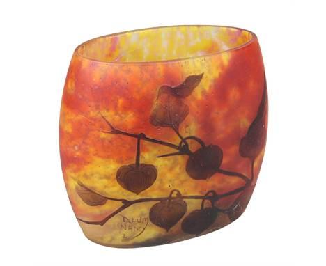 Daum Jugendstil-Vase mit Dekor von Lampionblumen, Nancy um 1912, breite gedrückte Form, Klarglas mit gelblich-orangenen Pulve