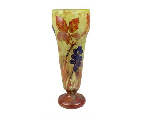Daum Jugendstil-Vase mit Brombeerdekor, Nancy um 1909, Entwurf Henri Bergé (1870-1937), kelchförmige Vase mit rundem Fuß, nac