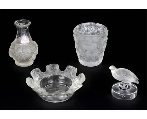 Vier Lalique Glasobjekte, Wingen-sur-Moder Frankreich um 1970, alle Teile aus Kristall-Klarglas, teilweise matt geätzt und po