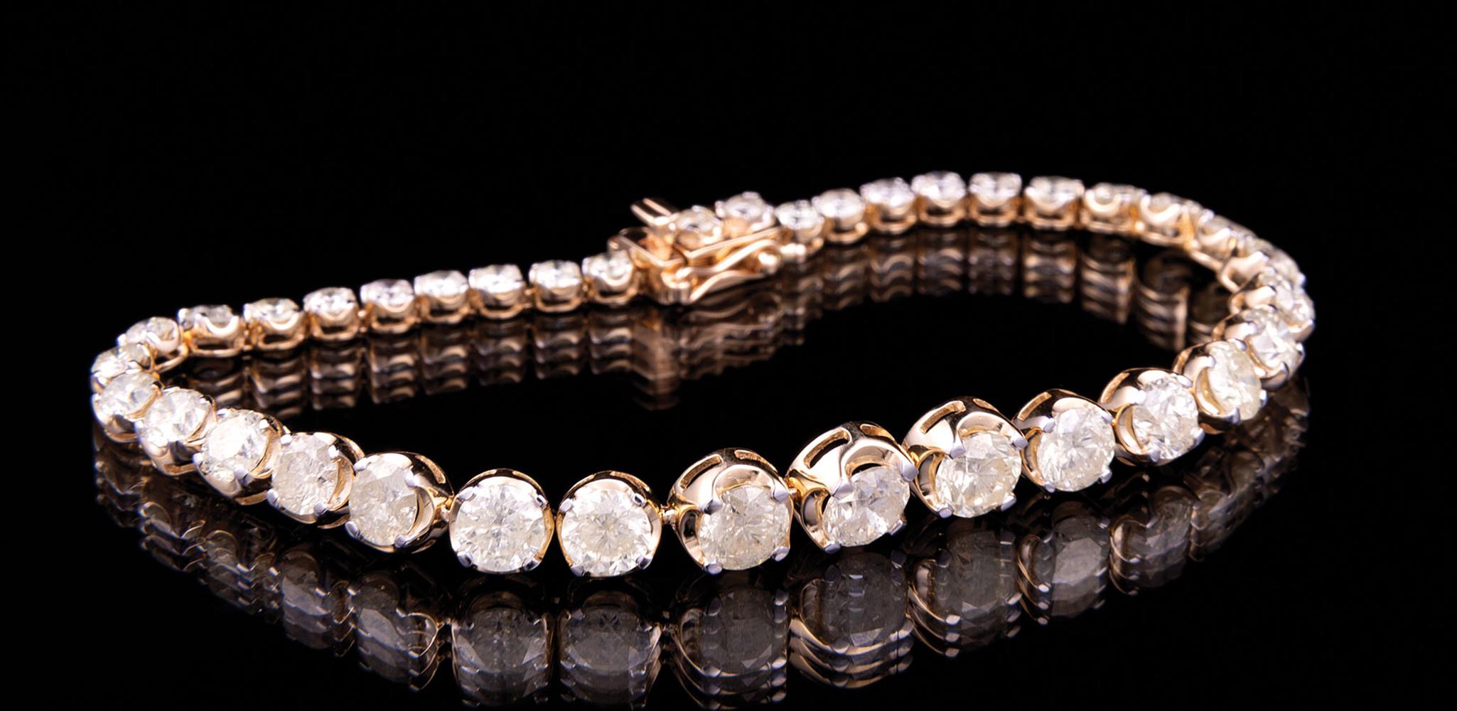 Lot 571 - 18 kt. Yellow Gold and Graduated Diamond Bracelet , 37 round brilliant cut diamonds, 2.5-5.6 mm,