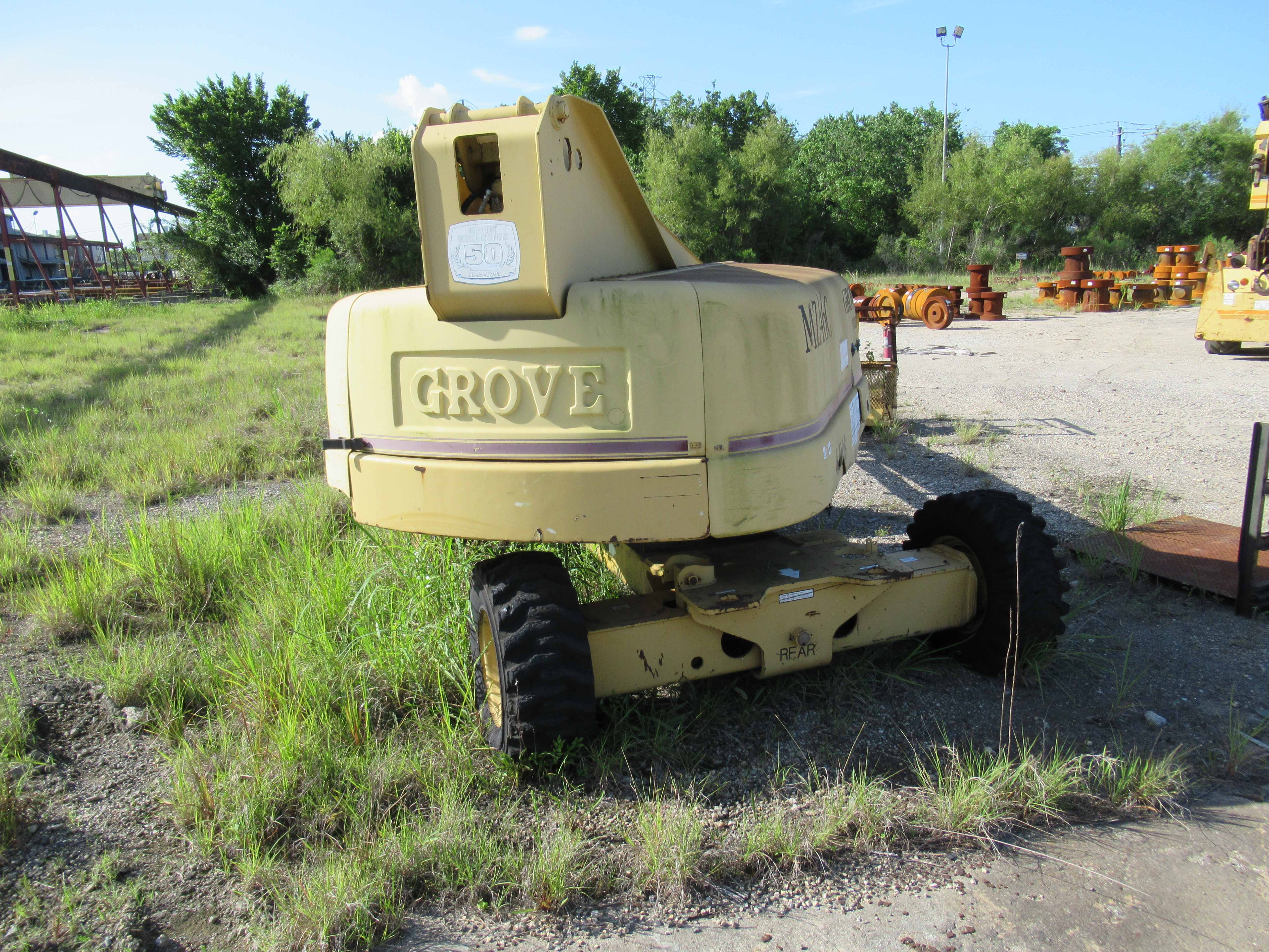 Lot 23 - GROVE MDL. MZ46C MANLIFT, new 1997, 40' max. travel height, 500 lbs. max load. Steel toe shoes,