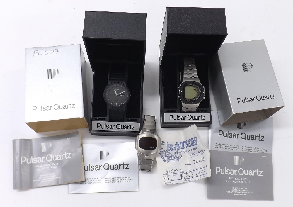 Lot 1886 - Pulsar analogue solar gentleman's bracelet watch, ref. V103, quartz (boxed with guarantee and