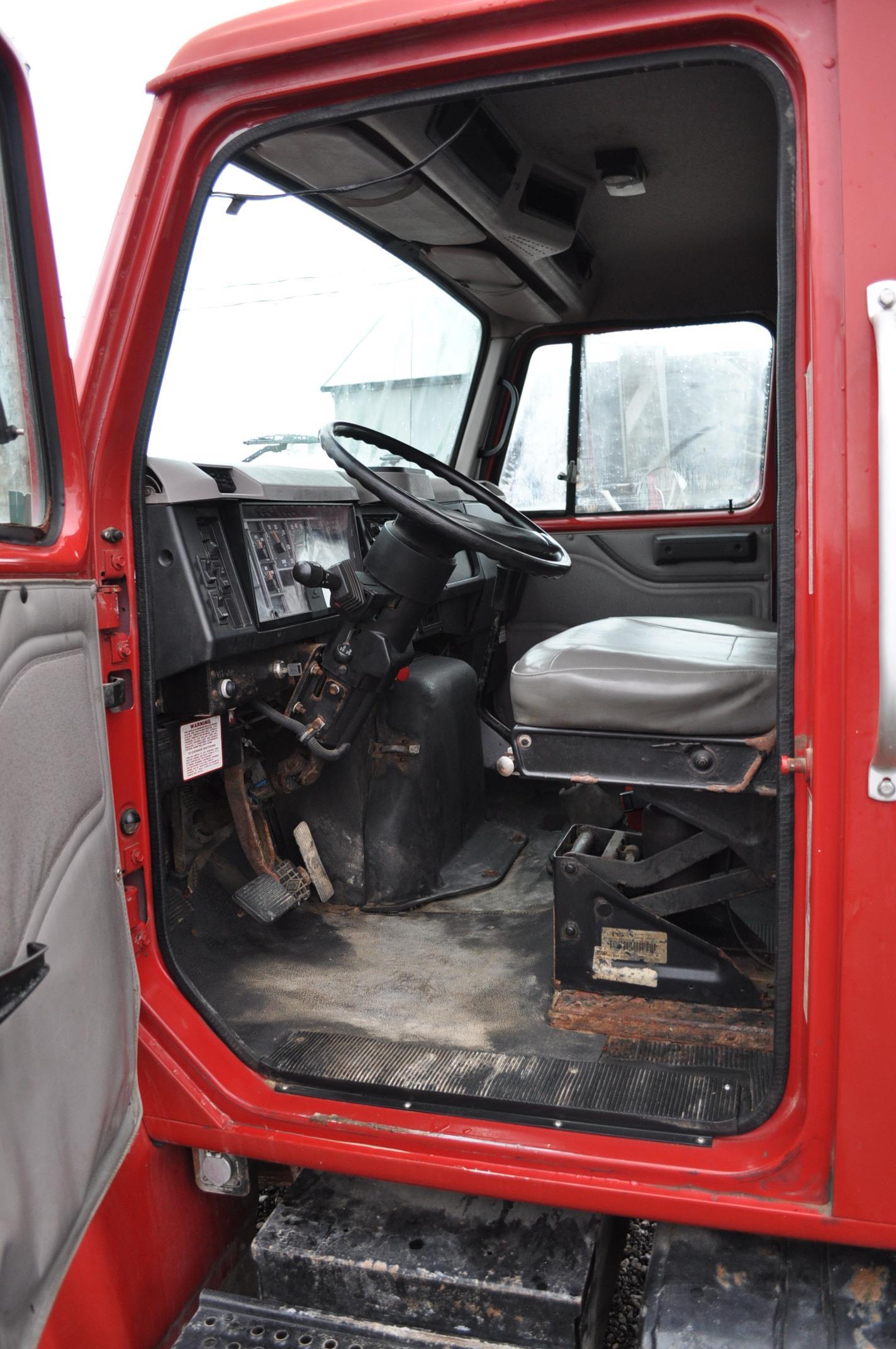 2000 International 4900 dry fertilizer tender truck, single axle, DT466E, Spicer 6 spd, spring ride, - Image 18 of 21
