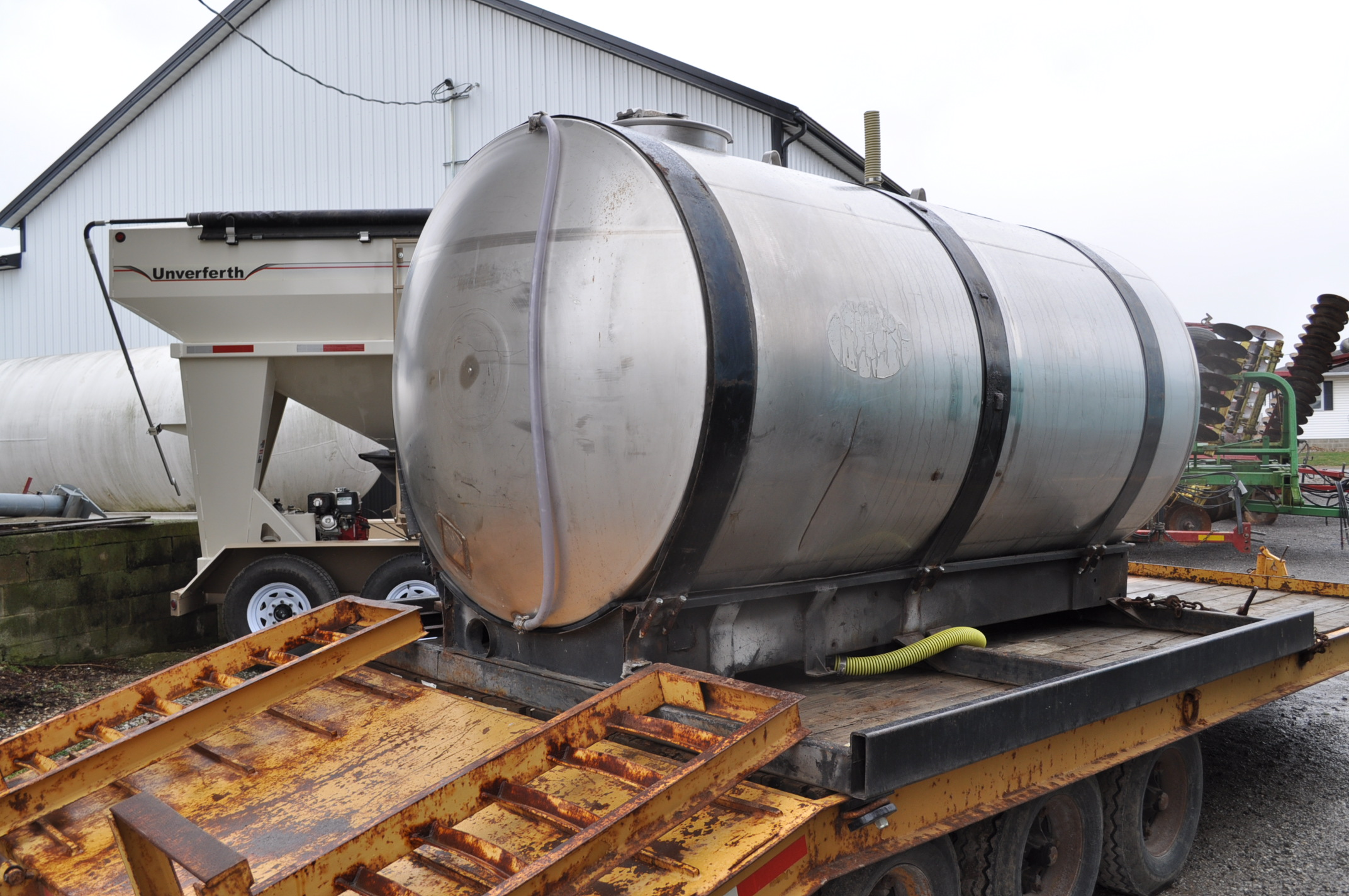 """1400 gal SS tank on steel skid with 2"""" banjo poly pump, Honda engine - Image 3 of 5"""