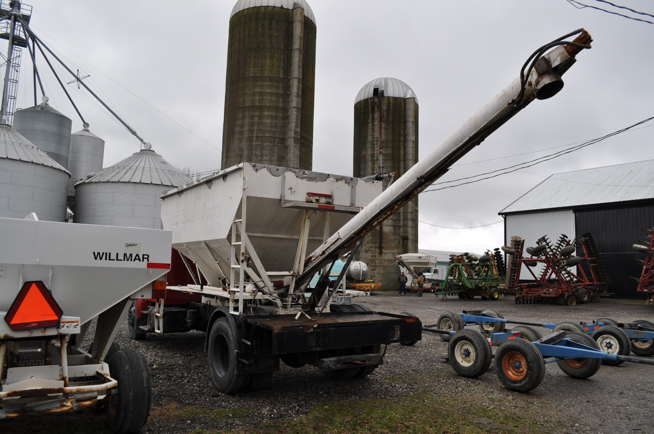 2000 International 4900 dry fertilizer tender truck, single axle, DT466E, Spicer 6 spd, spring ride, - Image 2 of 21