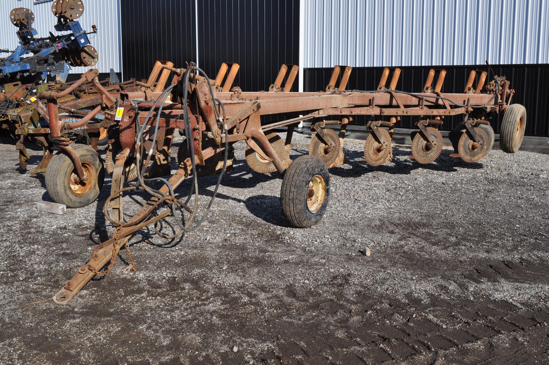 International 700 onland moldboard plow, 7 btm, auto reset trip