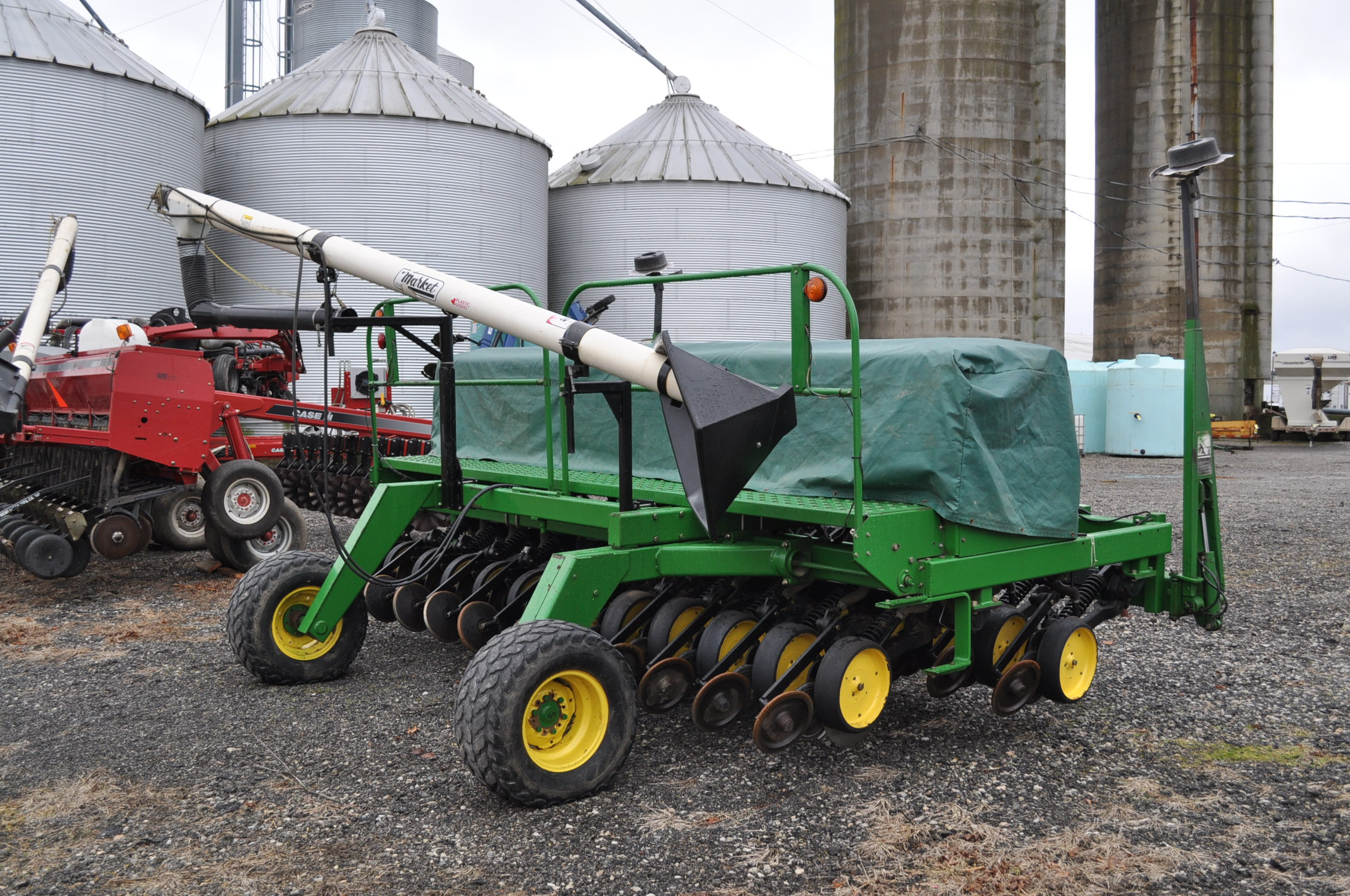 "15' John Deere 750 grain drill, 7 ½"" spacing, 2 pt hitch, markers, poly brush fill auger, new - Image 3 of 12"