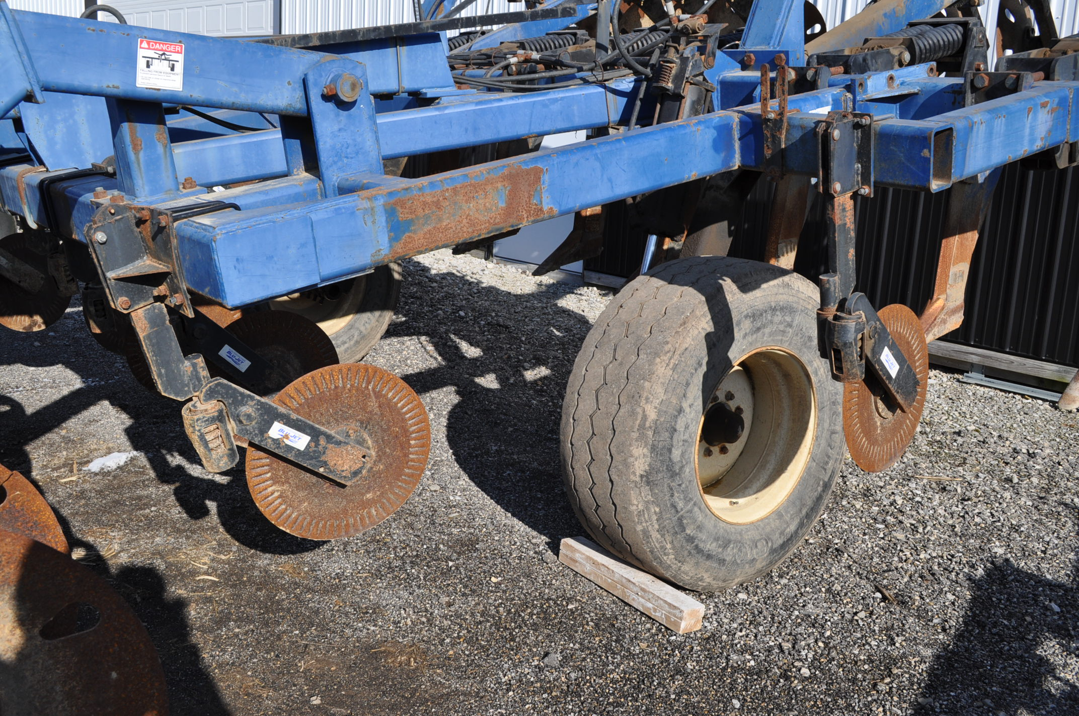 Blu-Jet Tillage Pro 7 shank inline ripper, front and rear hyd adjustable discs, sells with extra - Image 8 of 18