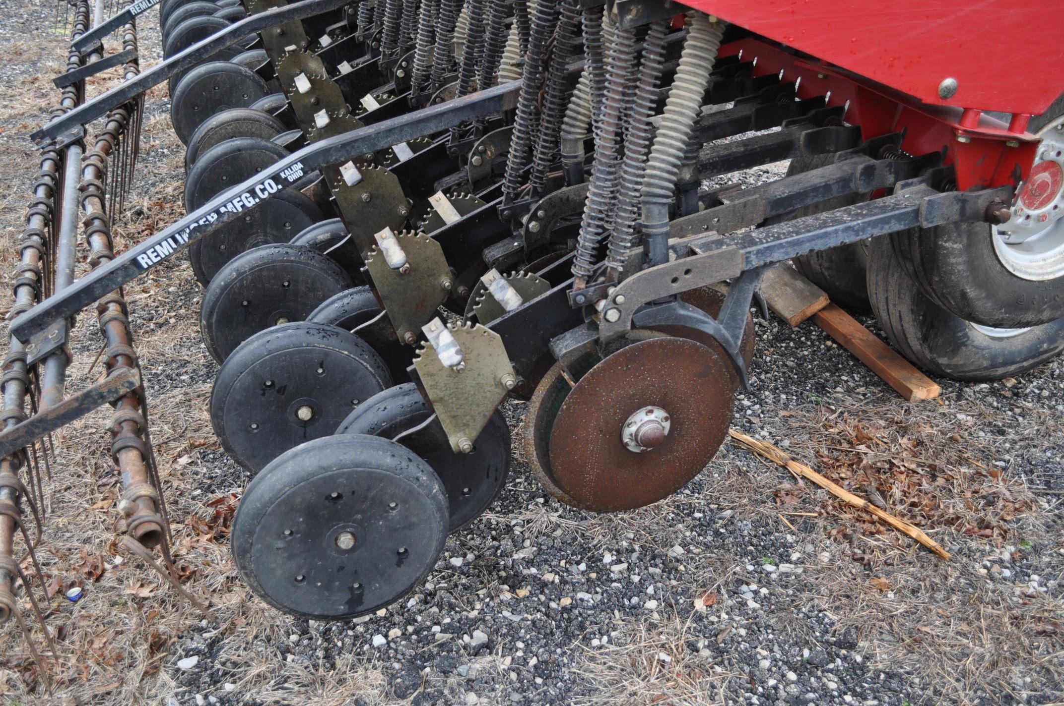 """Case IH 5400 grain drill, 3pt no-till caddie cart, 7 ½"""" spacing, 2 bar coil tine drag, Remlinger - Image 12 of 13"""